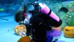 underwater-pumpkin-carving